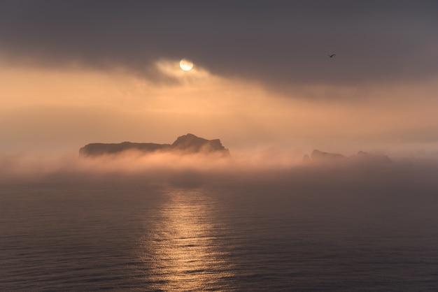 Küstenlandschaft bei sonnenaufgang