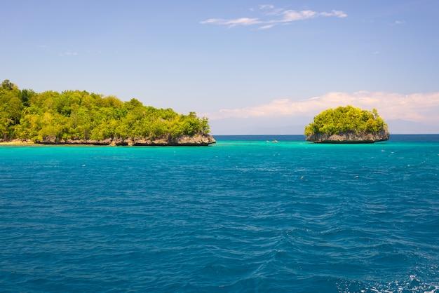 Küstenlinie der togean-inseln mit üppigem grünem dschungel im türkismeer, sulawesi, indonesien.