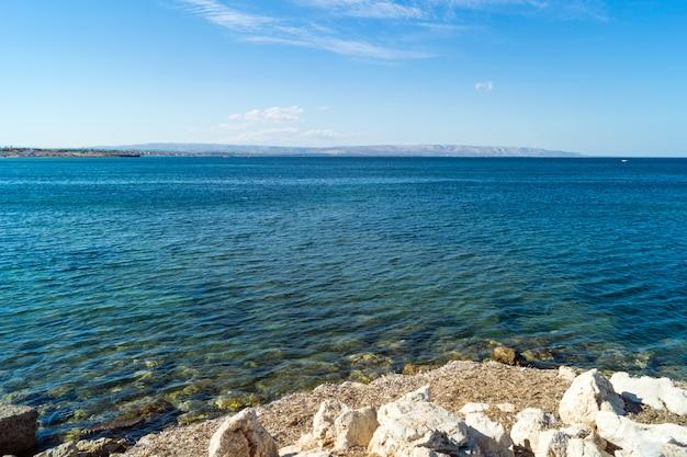 Küstenlinie des seedorfs marzamemi, sizilien