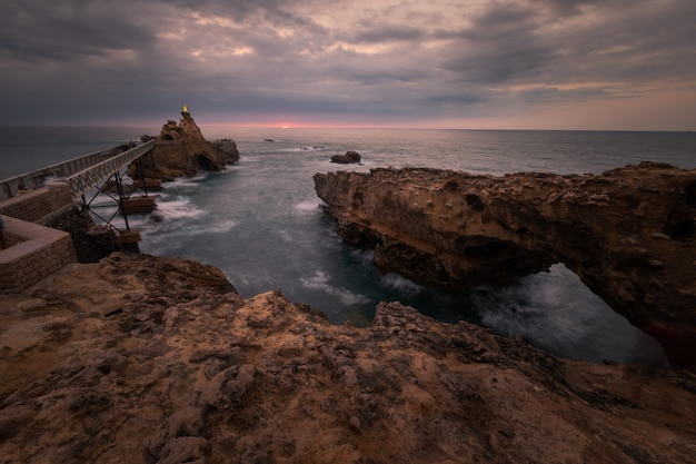 Küstenlinie von biarritz bei einem sommersonnenuntergang, baskenland.