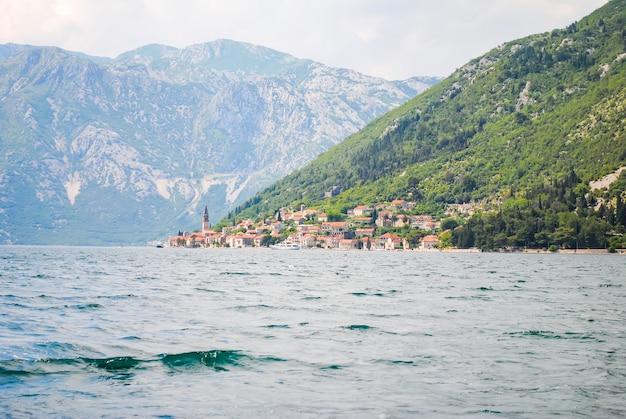 Küstenstadt von perast in malerischem montenegro.