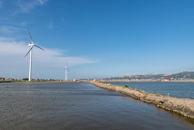 Küstenwindkraftanlage unter blauem himmel