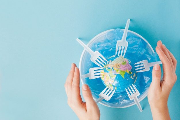 Kugel auf einer plastikplatte. das konzept der ökologie, bodenschutz