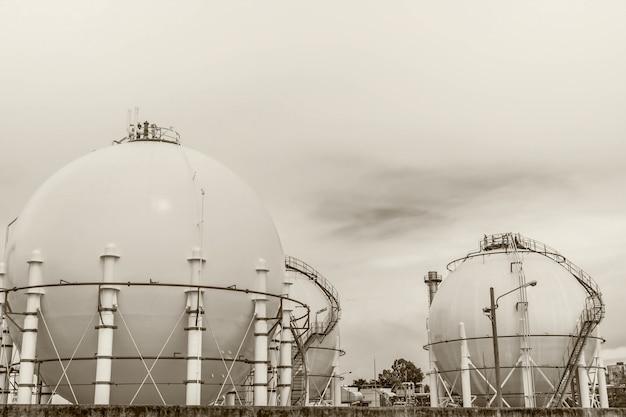 Kugelförmige tanks, die heizölraffinerien enthalten.