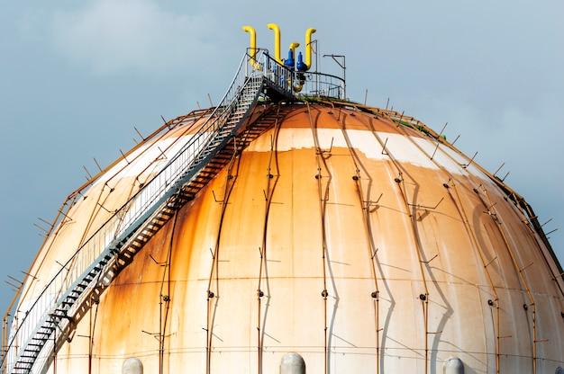 Kugelförmiger erdgastank in der petrochemischen industrie bei tageslicht, gijón, asturien, spanien.