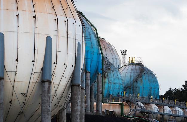 Kugelförmiger erdgastank in der petrochemischen industrie bei tageslicht