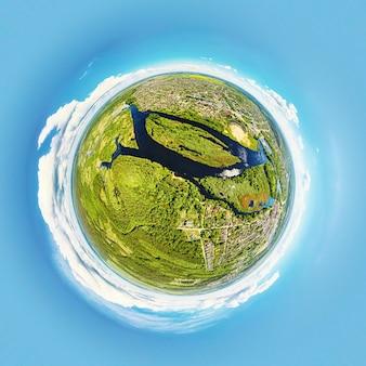 Kugelförmiges panorama der sommerlandschaft mit feldern und grünem gras