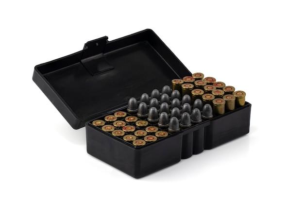 Kugeln .32 in der box-munition auf weißem hintergrund, beschneidungspfad.