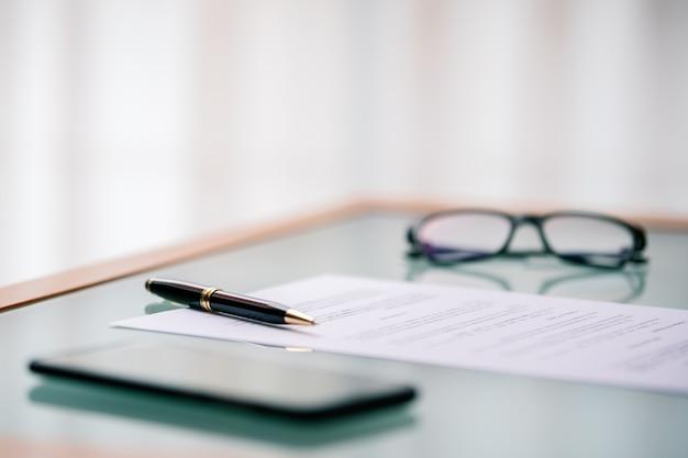Kugelschreiber auf dokument oder vertrag auf einem tisch