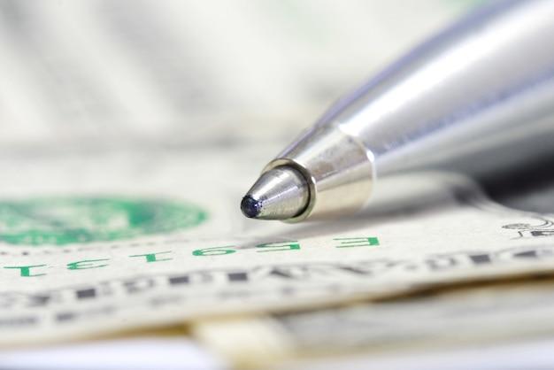 Kugelschreiber metall auf us-dollar rechnung