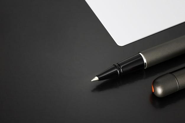 Kugelschreiber und leere visitenkarte