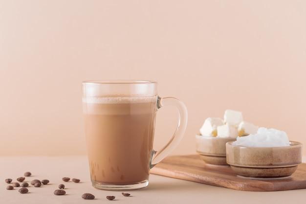 Kugelsicherer kaffee, gemischt mit bio-butter und mct-kokosöl, paläo, keto, ketogenem getränkefrühstück.