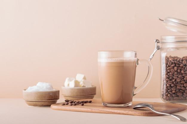 Kugelsicherer kaffee, gemischt mit bio-butter und mct-kokosöl, paläo, keto und ketogenem getränkefrühstück.