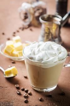 Kugelsicherer kaffee, gemischt mit bio-butter und mct-kokosöl, paleo, keto, ketogenem getränkefrühstück.