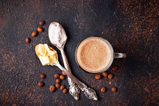Kugelsicherer kaffee. ketogenes kohlenhydratarmes getränk