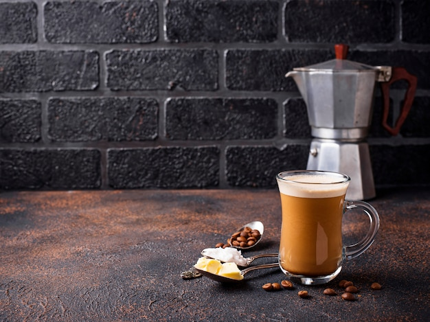 Kugelsicherer kaffee. ketogenes low-carb-getränk