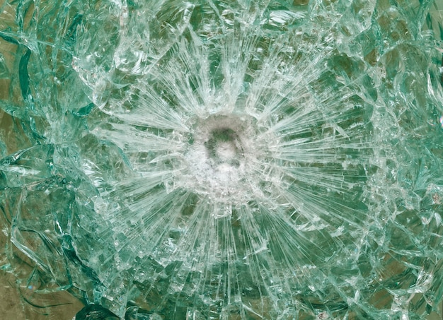 Kugelsicheres glas nach dem schießen mit spuren von kugeln, testen