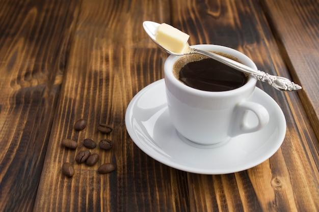 Kugelsicheres kaffee-keto-diät-energiegetränk auf dem hölzernen hintergrund