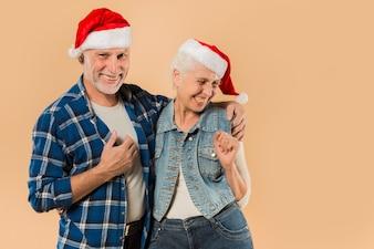 Kühle ältere Paare mit Weihnachtshut