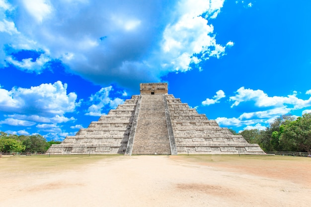 Kukulkan pyramide in chichen itza site, mexiko
