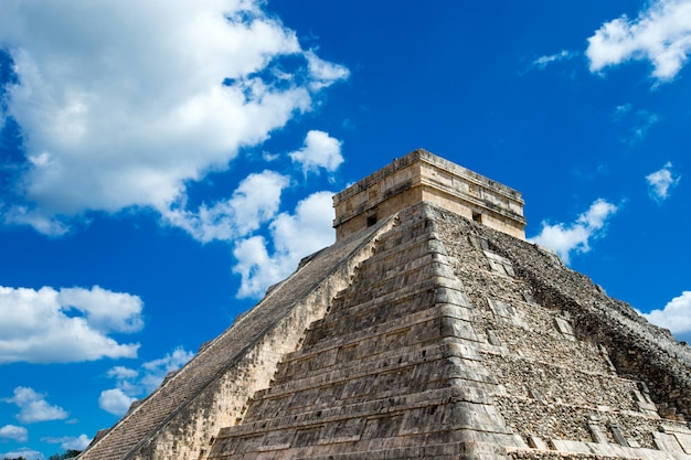 Kukulkan pyramide in chichen itza site, mexiko