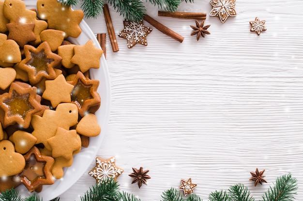 Kulinarisch mit frisch gebackenem weihnachtslebkuchen, gewürzen und tannenzweigen. copyspace