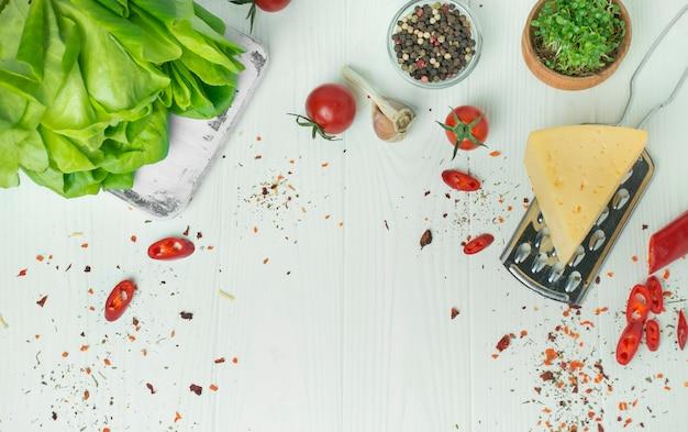 Kulinarischer hintergrund für rezepte. rahmen aus frischem gemüse und zutaten zum kochen. lebensmittelhintergrund. speicherplatz kopieren. tabellenhintergrundmenü. platz für text.