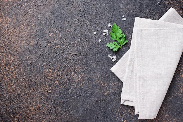 Kulinarischer hintergrund mit serviette und petersilie