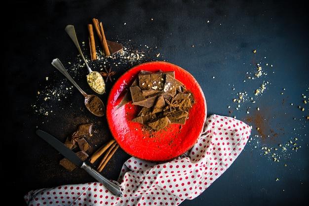 Kulinarisches konzept mit verschiedenen schokoladensorten