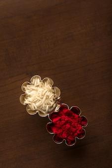 Kumkum und reiskornbehälter. natürliche farbpulver werden verwendet, um gott anzubeten und zu günstigen anlässen.