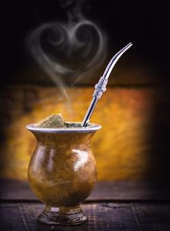 Kumpel mit herzförmigem rauch. chimarrao day feier