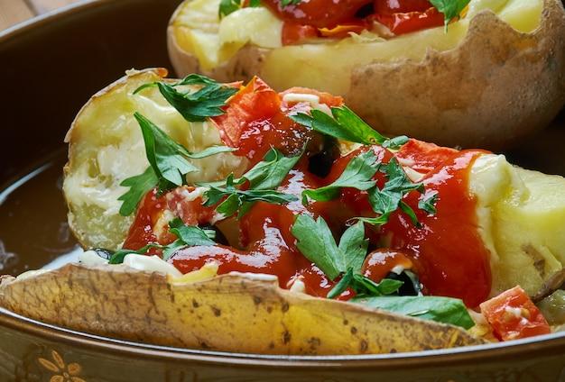 Kumpir ofenkartoffel mit verschiedenen füllungen ist ein beliebtes fast food in der türkei.