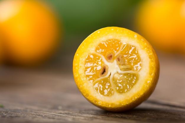 Kumquat-früchte auf holztisch