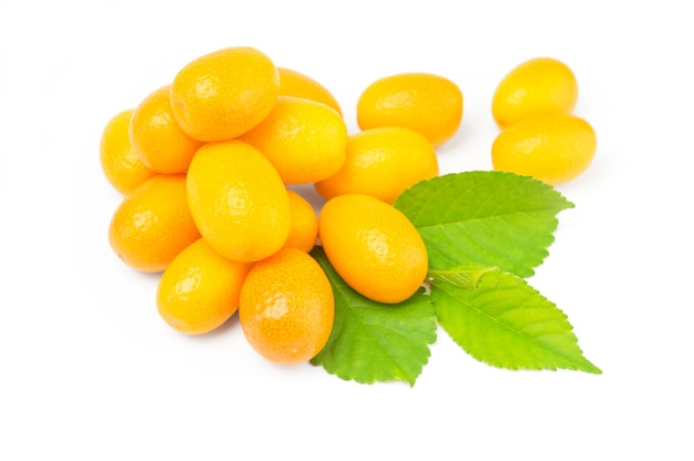 Kumquat mit blatt isoliert auf weißem oberflächenausschnitt
