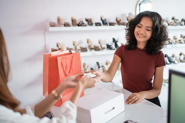 Kunde bezahlt die rechnung mit kreditkarte
