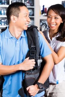 Kunde, der ausrüstung im tauchershop kauft