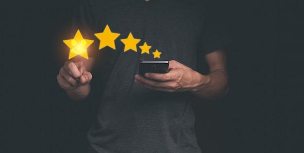 Kunde, der die sterne hält, um fünf sterne zu vervollständigen servicebewertung zufriedenheitskonzept