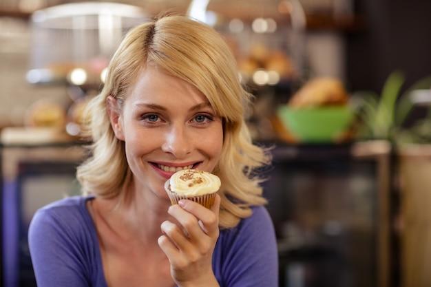 Kunde, der ein muffin hält