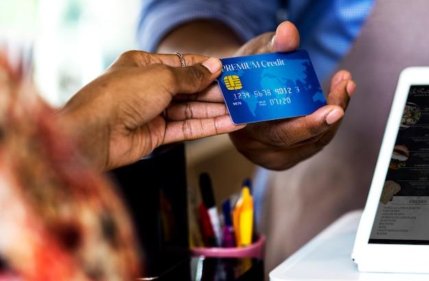 Kunde, der für backwaren mit kreditkarte bezahlt