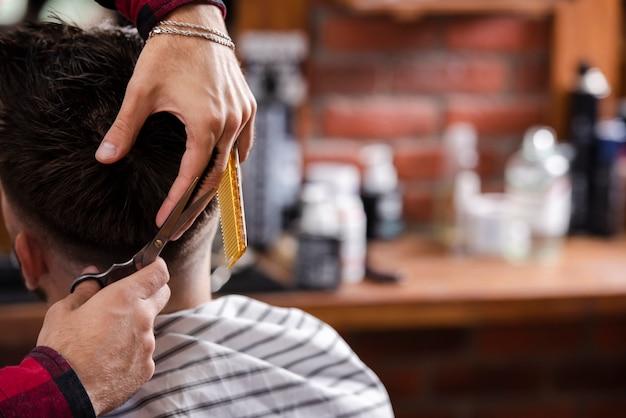 Kunde der hinteren ansicht, der einen neuen haarschnitt erhält