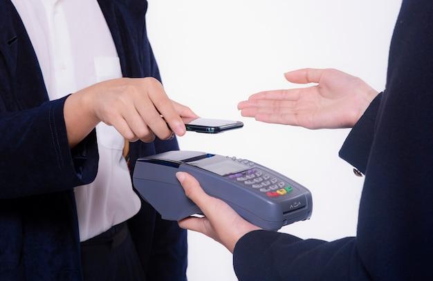 Kunde, der kontaktlos mit dem handy bezahlt