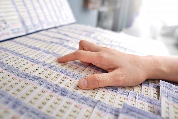 Kunde, der thailändischen nationalen lottoschein wählt.
