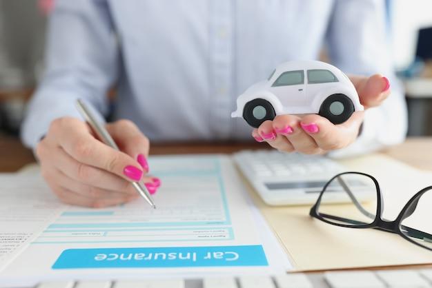 Kunde der versicherungsgesellschaft schließt eine autoversicherung ab