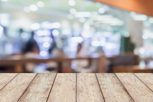 Kunde im restaurant verwischen hintergrund mit holztisch