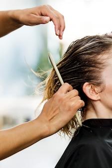 Kunde lässt sich in einem schönheitssalon die haare schneiden
