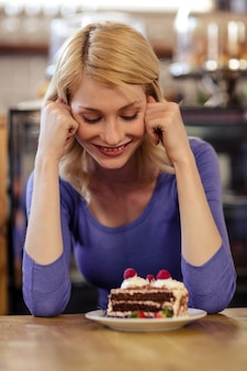 Kunde mit einem kuchen alleine