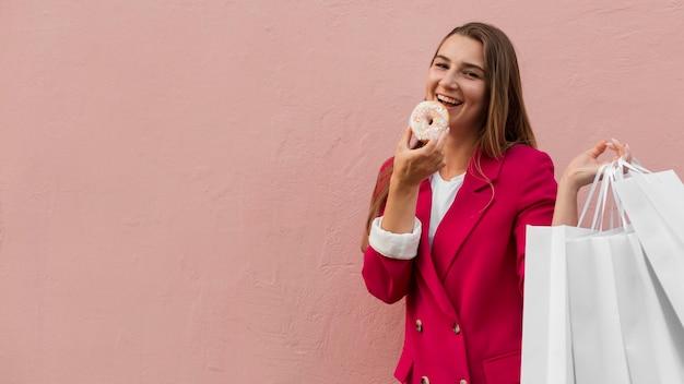 Kunde trägt modekleidung und isst süßigkeiten