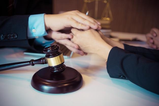 Kunde und anwalt haben ein treffen von angesicht zu angesicht, um die rechtlichen möglichkeiten zu besprechen