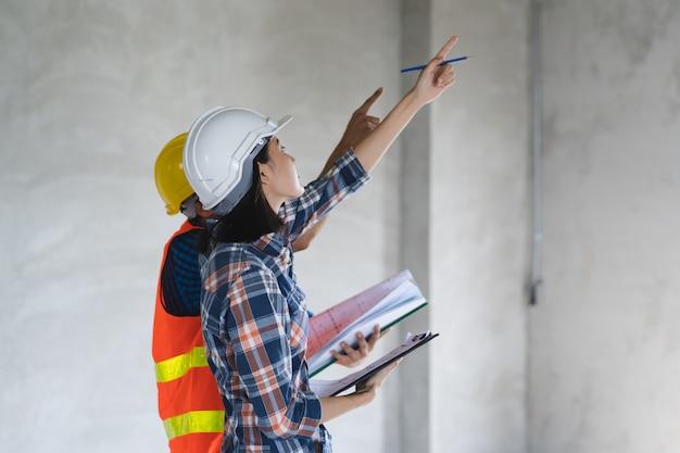 Kunde und auftragnehmer, die plan zum renovierungshaus besprechen.