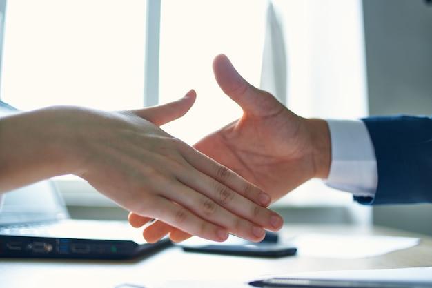 Kunde und manager vertragsabschluss für eine erfolgreiche transaktion